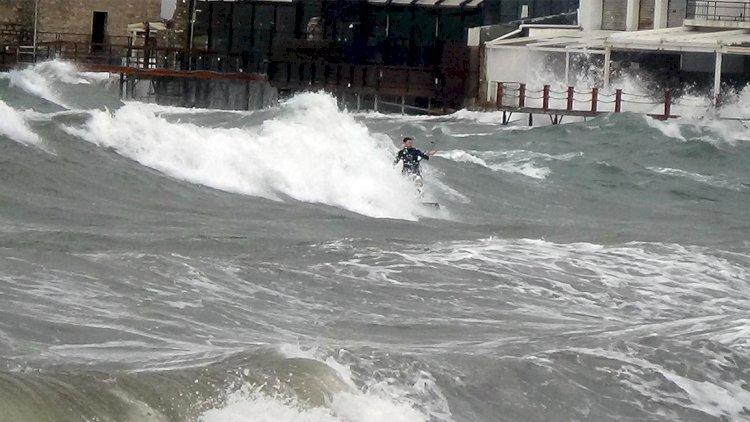 Genç Sörfçü Yürekleri Ağza Getirdi