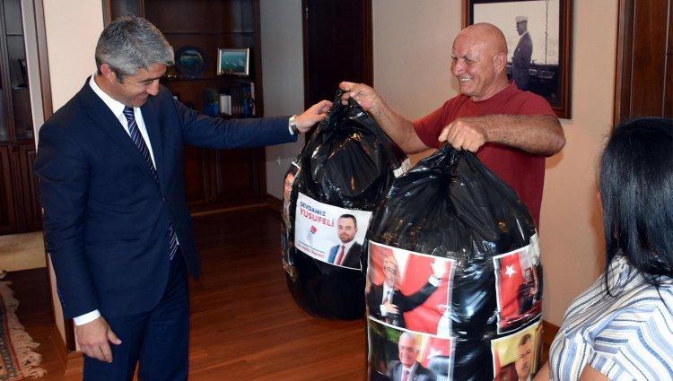 Ödüllü Çevreciden Yeni Başkana Çöp Hediyesi!