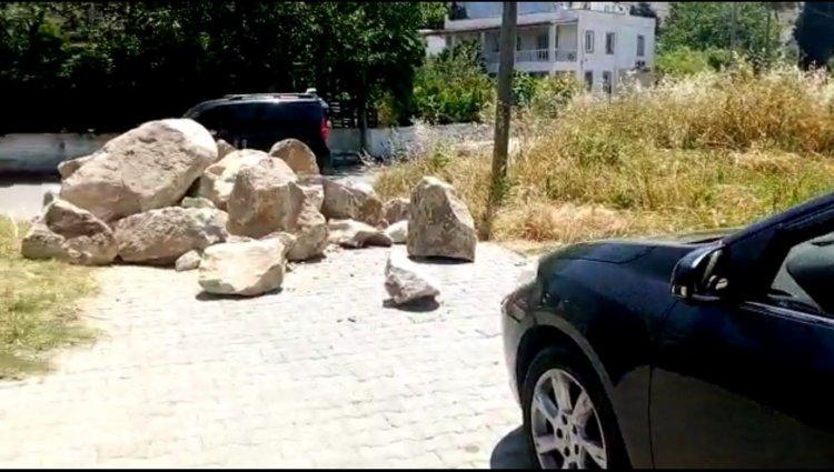 Sokak Girişini Kayalarla Kapadı!..