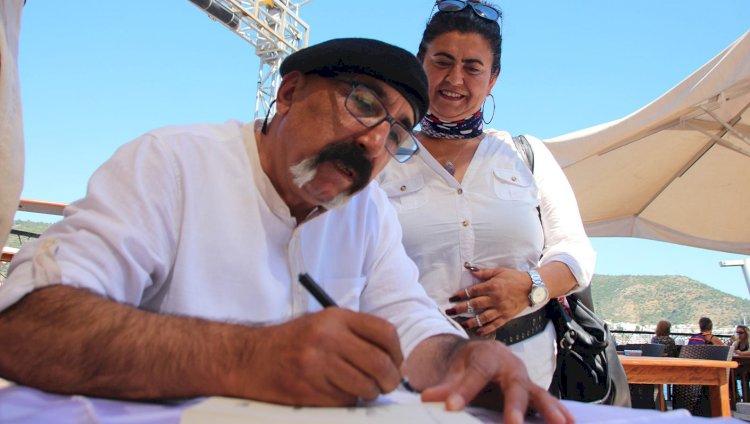 İlk Kitabını İmzaladı...