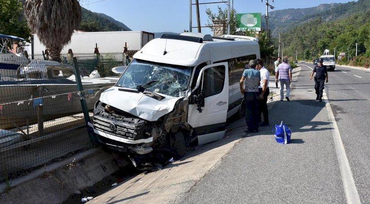 Tur Minibüsü TIR'a Çarptı: 15'i Turist, 17 Yaralı!..