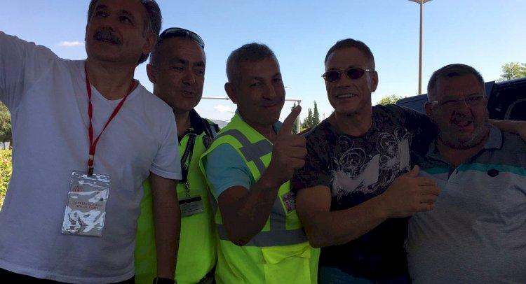 Van Damme Uygulamaya Takıldı!