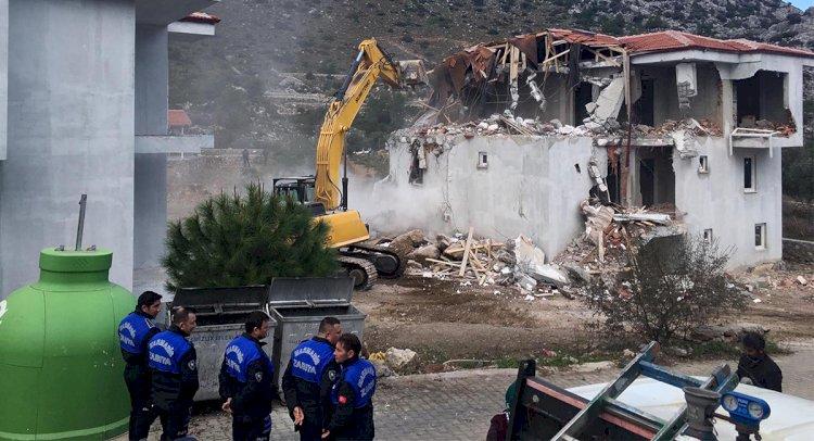Marmaris'te, 3'er Katlı 2 Kaçak Villa Yıkıldı