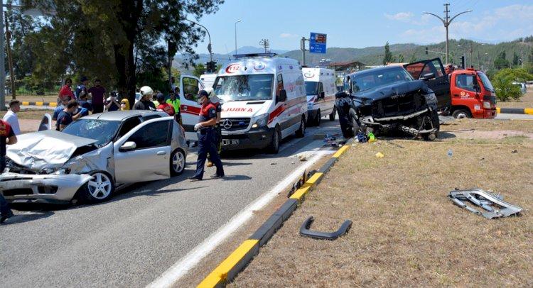Otomobille Kamyonet Çarpıştı: 3 Yaralı!