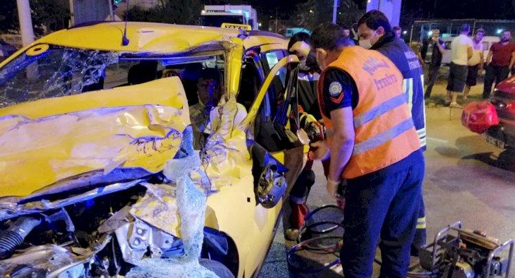 Kamyonetle Taksi Çarpıştı; 1 Yaralı