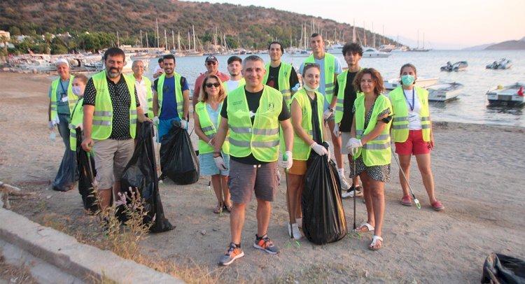 Gönüllüler Sahilde Temizlik Yaptı